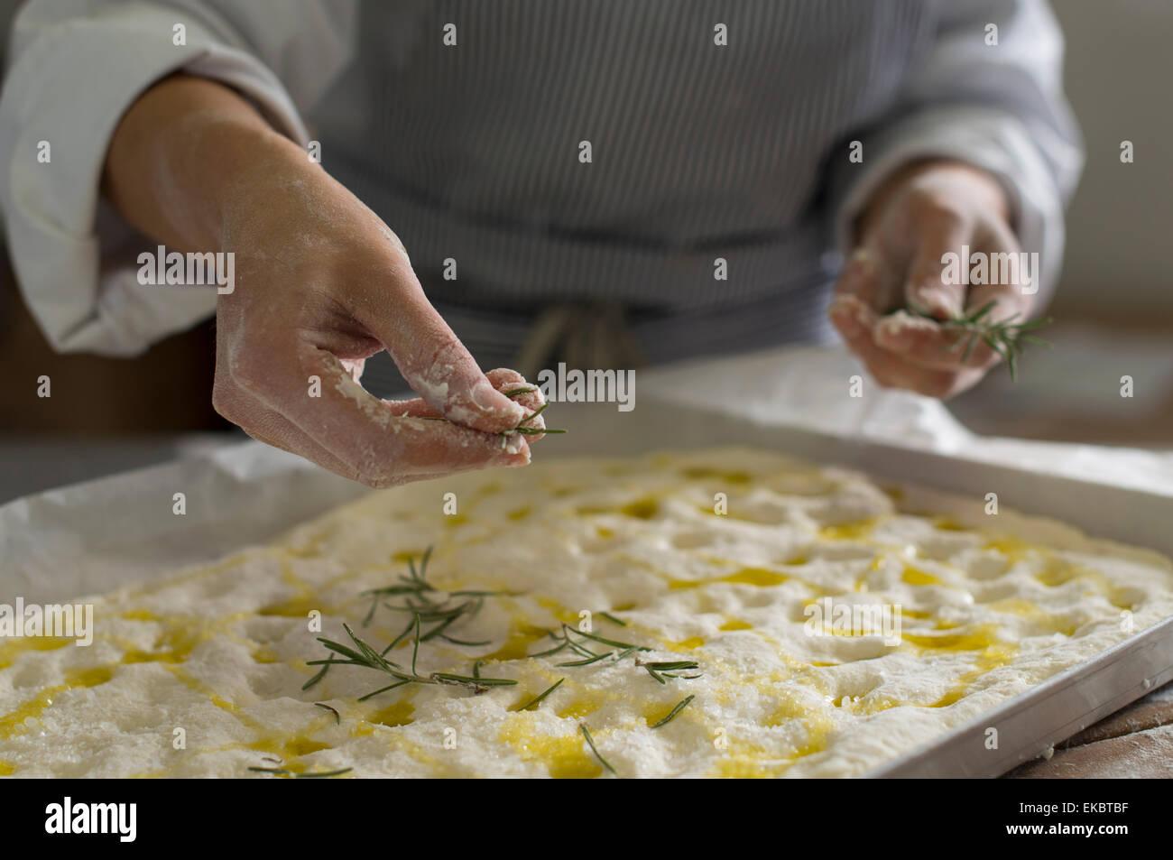 Baker de préparer des plats sans gluten de la pâte à cuire Photo Stock