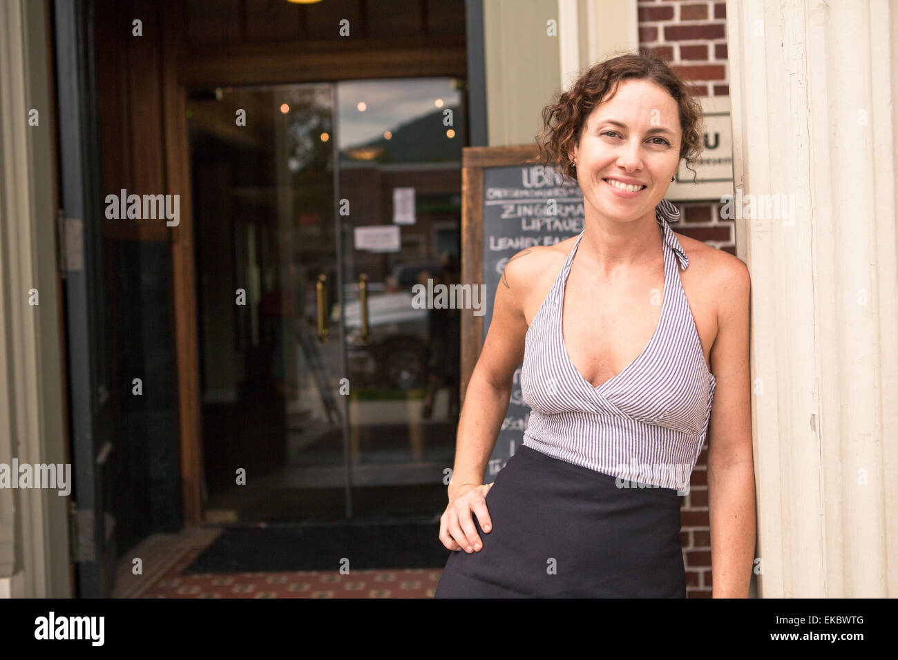 Portrait de femme shop keeper en porte de petit magasin Photo Stock