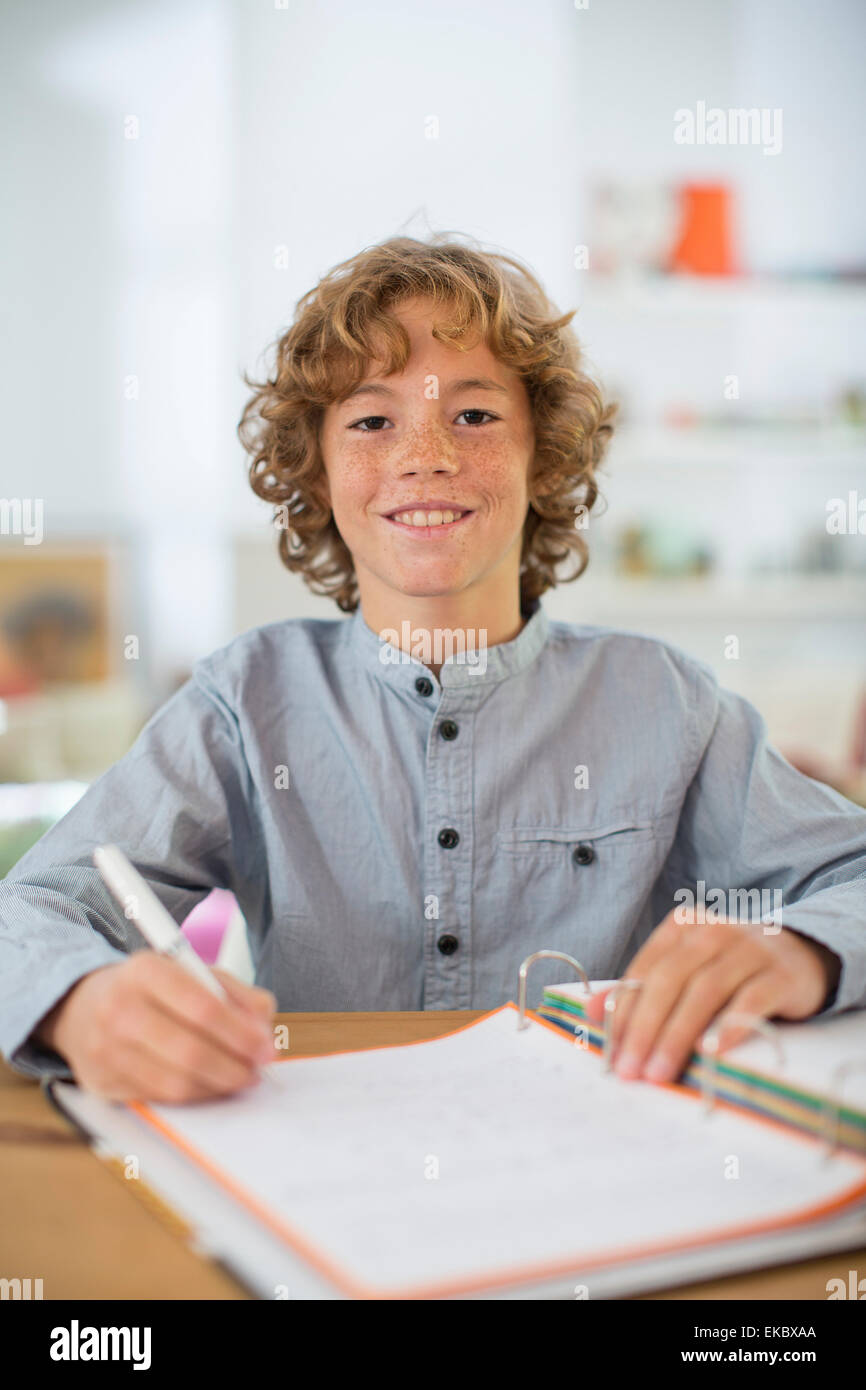 Teenage boy studying et rédaction de notes Photo Stock