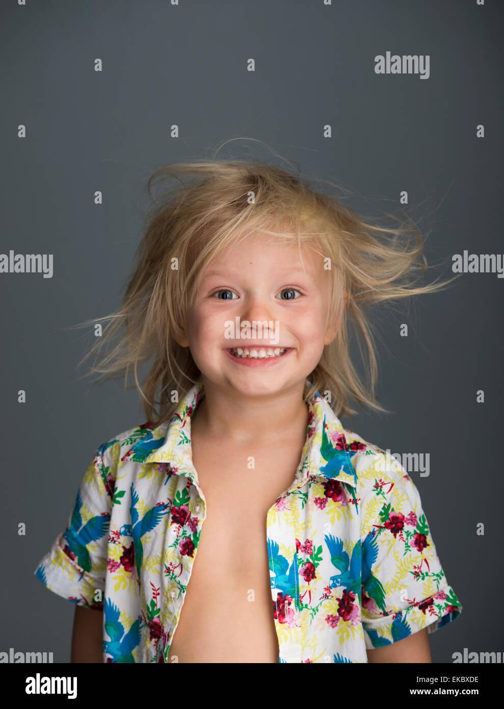 Portrait de jeune garçon avec les cheveux en désordre, smiling Photo Stock