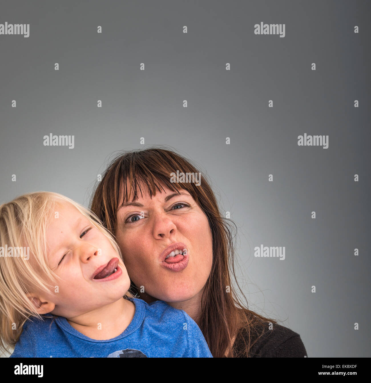 Portrait de mère et fils, pulling faces Photo Stock