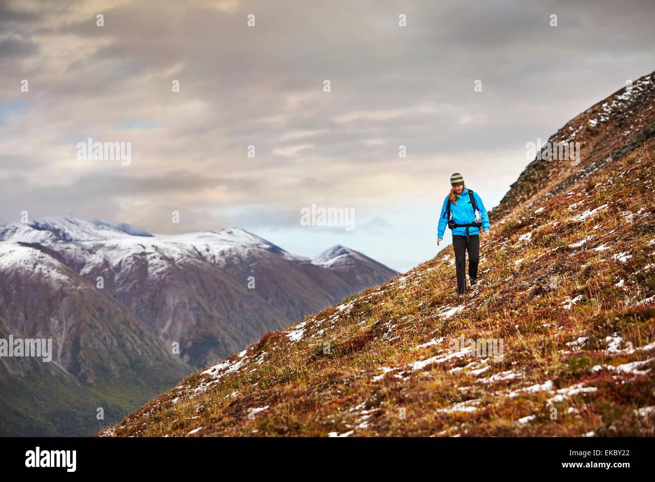 Female hiker randonnées sur la montagne escarpée, Wrangell St Elias, Alaska, USA Photo Stock