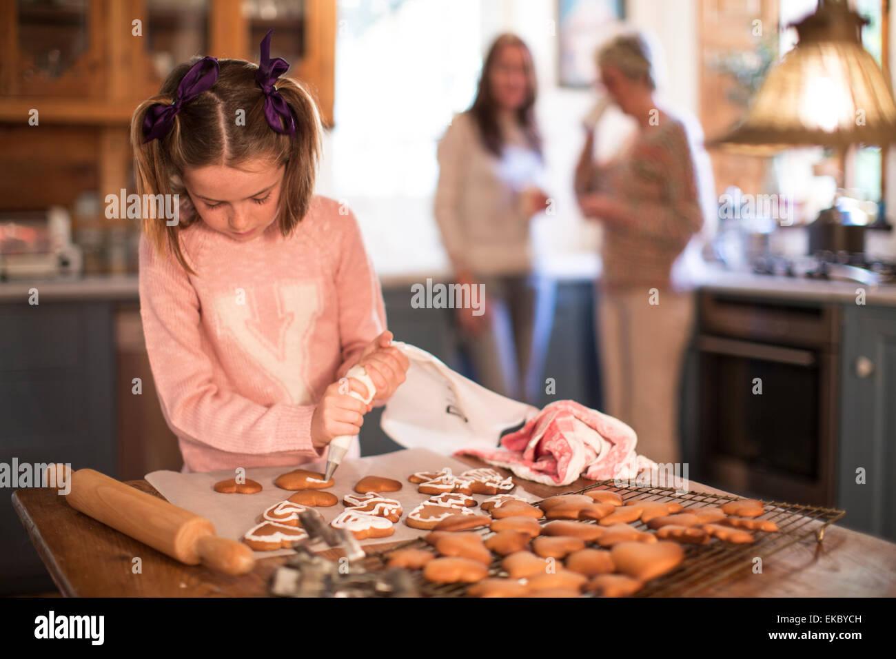 Givrage des Fille de cannelle et de miel cookies Banque D'Images