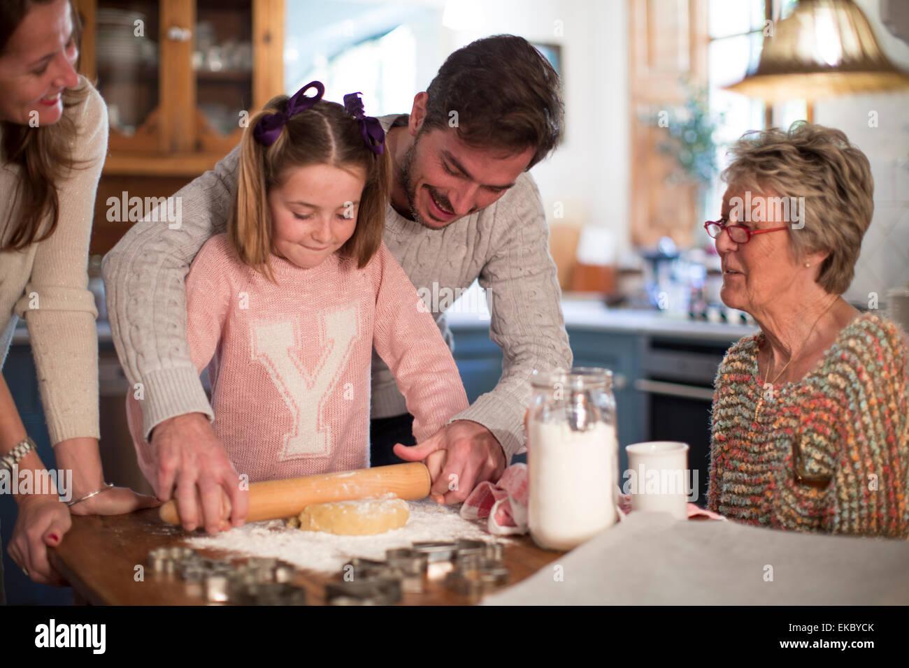 Père et fille la pâte de roulement pour faire des biscuits Photo Stock