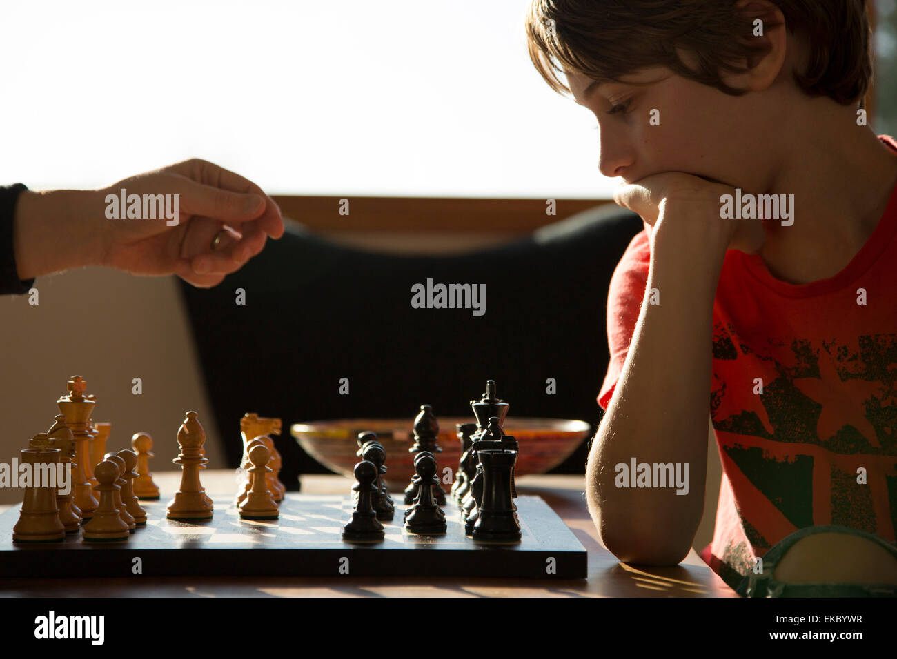 Père et fils joue une partie de échecs Banque D'Images