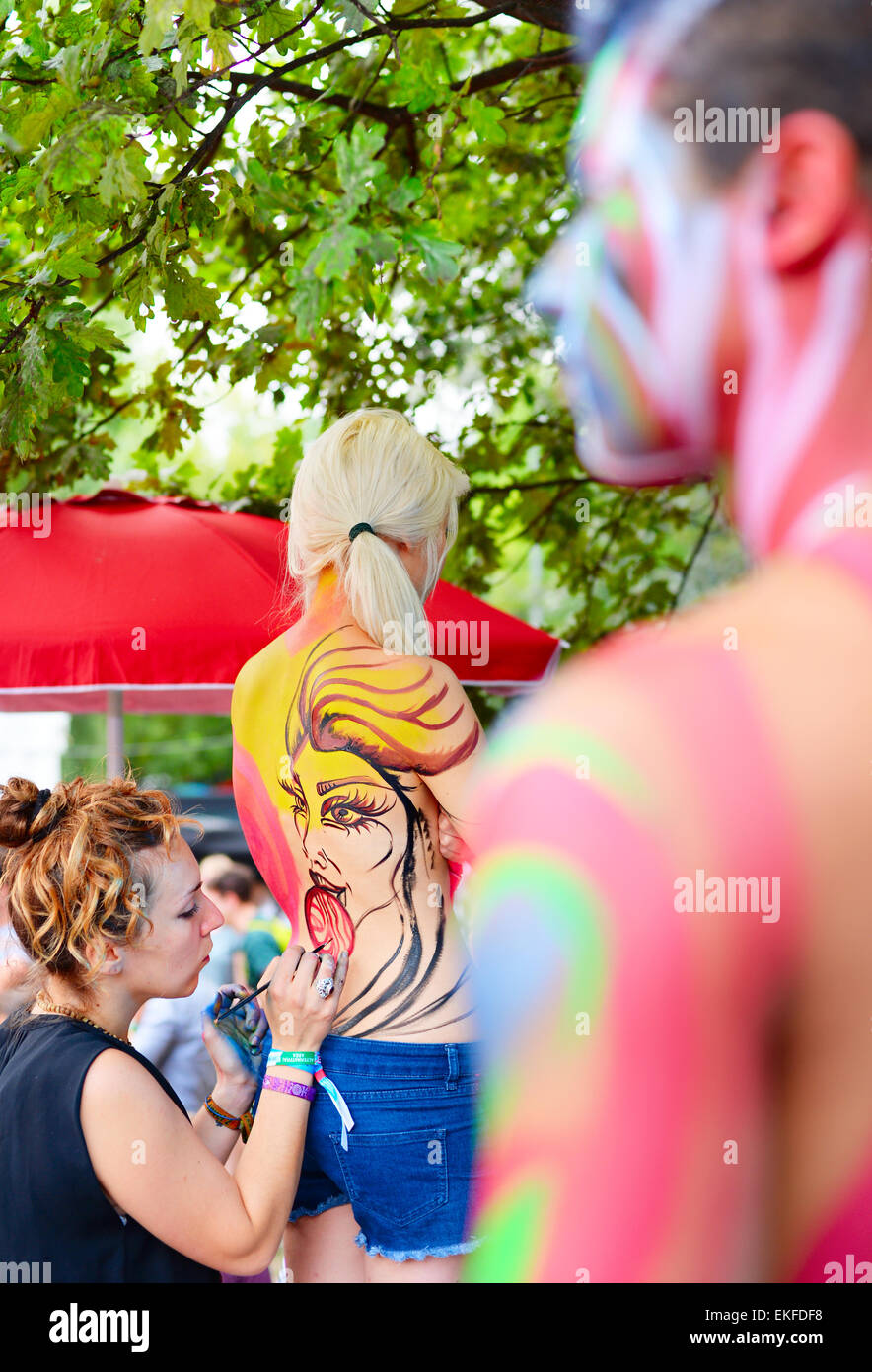 Woman making body-art pendant le festival Sziget. Sziget est l'un des plus grands festivals en Euro Photo Stock
