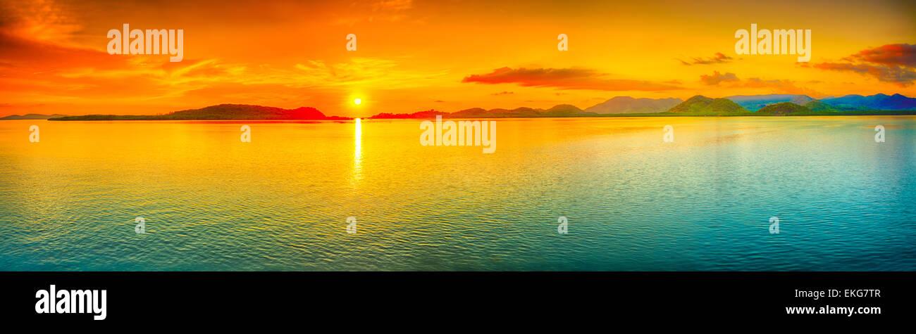 Le lever du soleil sur la mer. Panorama Photo Stock
