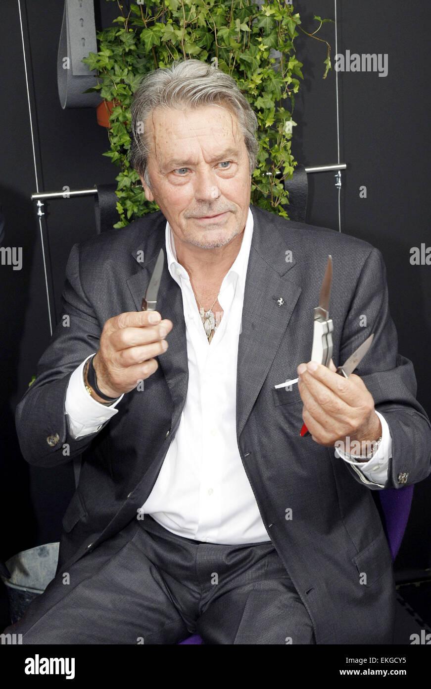 """12.septembre.2011. paris prÉsentation du couteau alain delon """"le"""