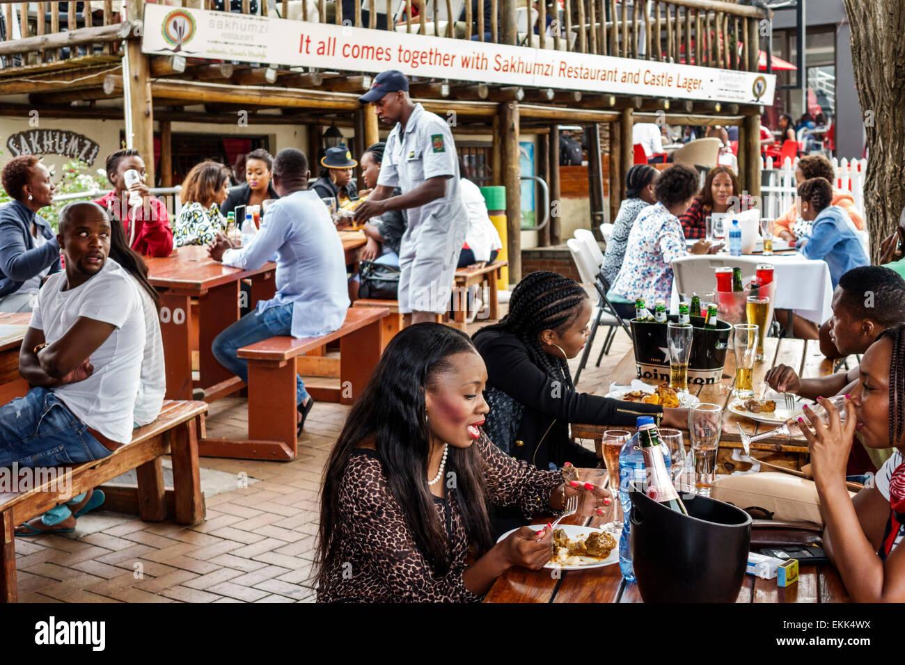 Afrique Afrique du Sud Johannesburg Soweto Vilakazi Street Precinct Sakhumzi restaurant Black femme homme friends Photo Stock