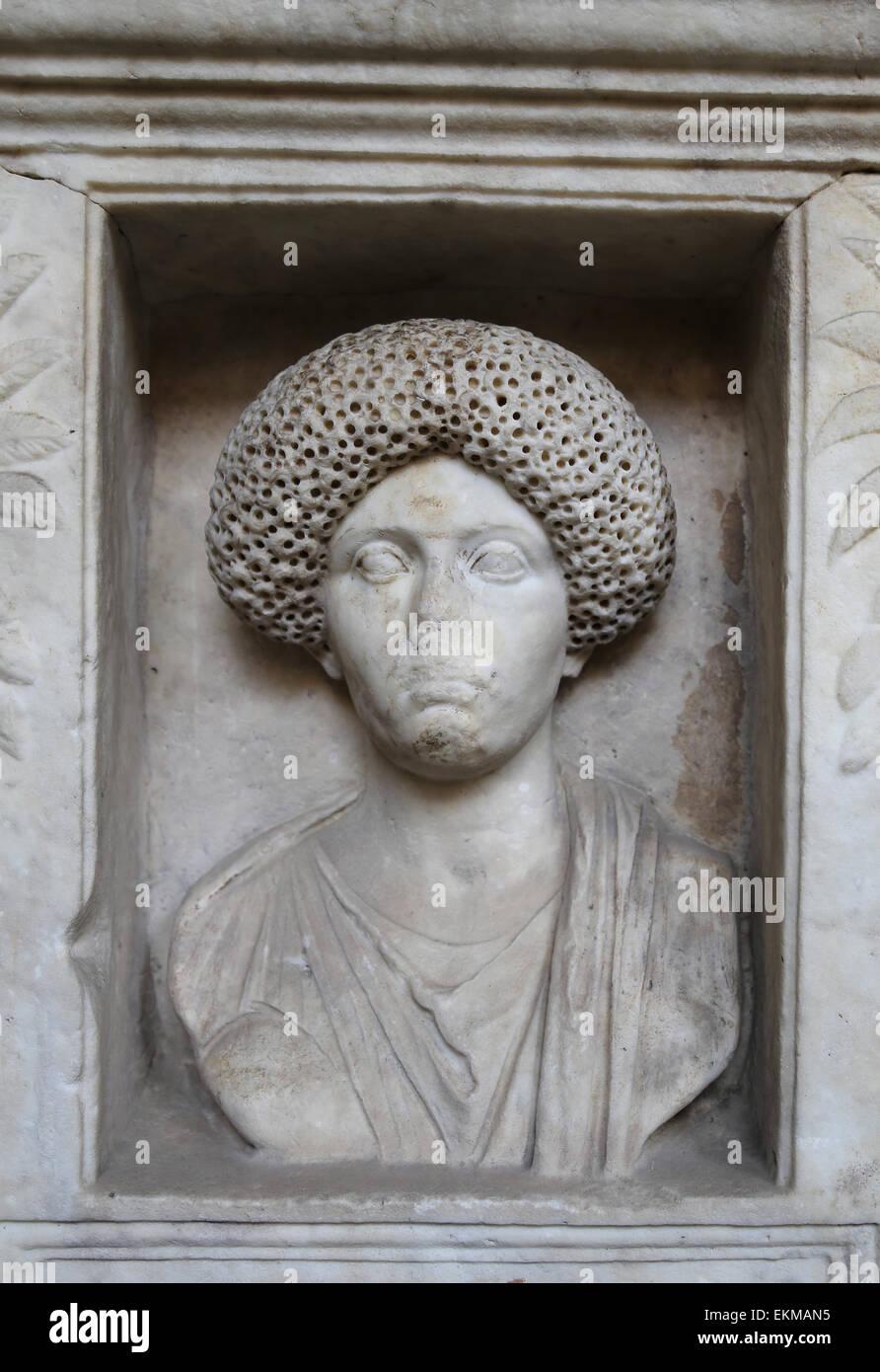 Pierre tombale romaine. En. Le soulagement. Portrait féminin. Musées du Vatican. Photo Stock