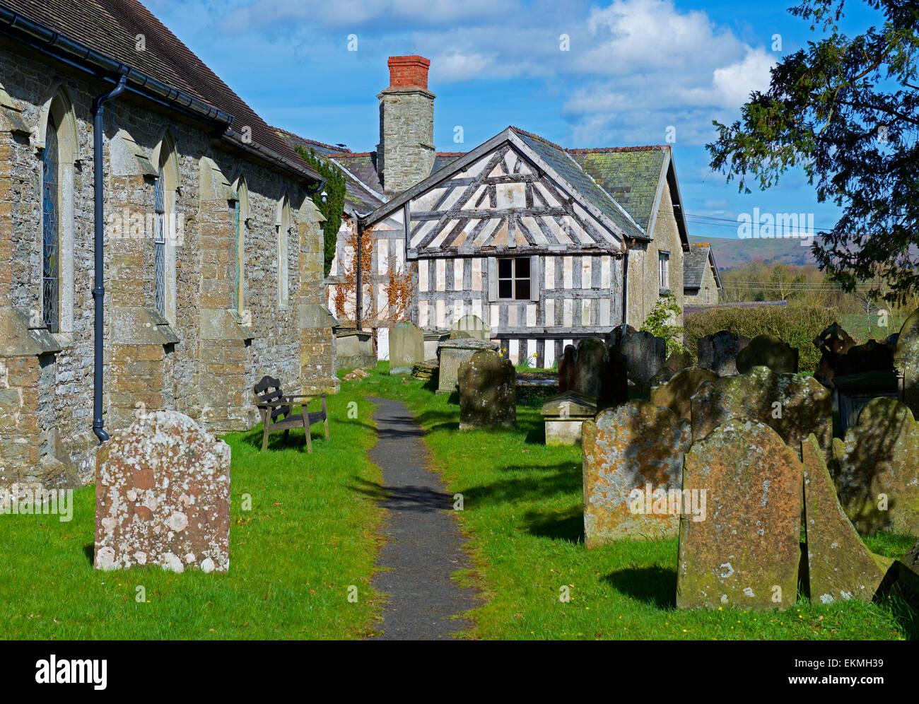 Église et maison à colombages dans le village de plus, Shropshire, England UK Photo Stock