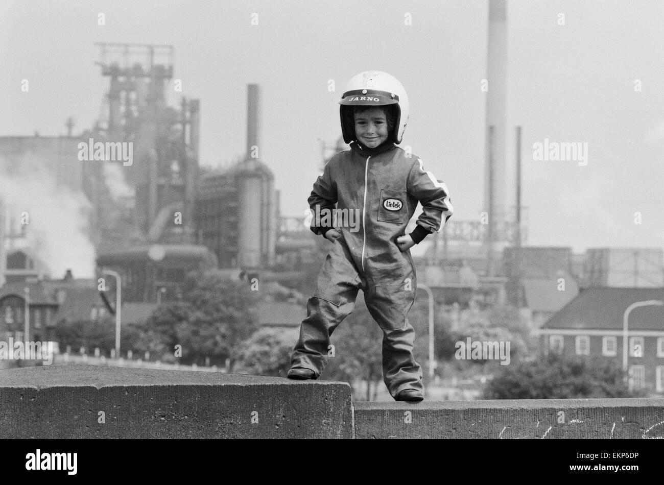 Quatre ans Jarno Barratt de Corby, Northamptonshire, dans sa moto qui il porte lors de l'exécution sur son 50 cc Banque D'Images