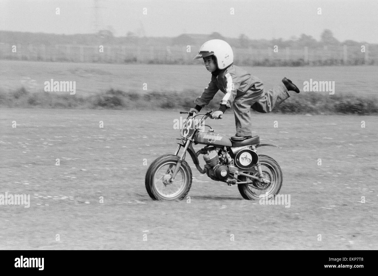 Quatre ans Jarno Barratt de Corby, Northamptonshire, exécute une cascade sur sa moto 50 cc Italjet. 10 juin 1979. Banque D'Images