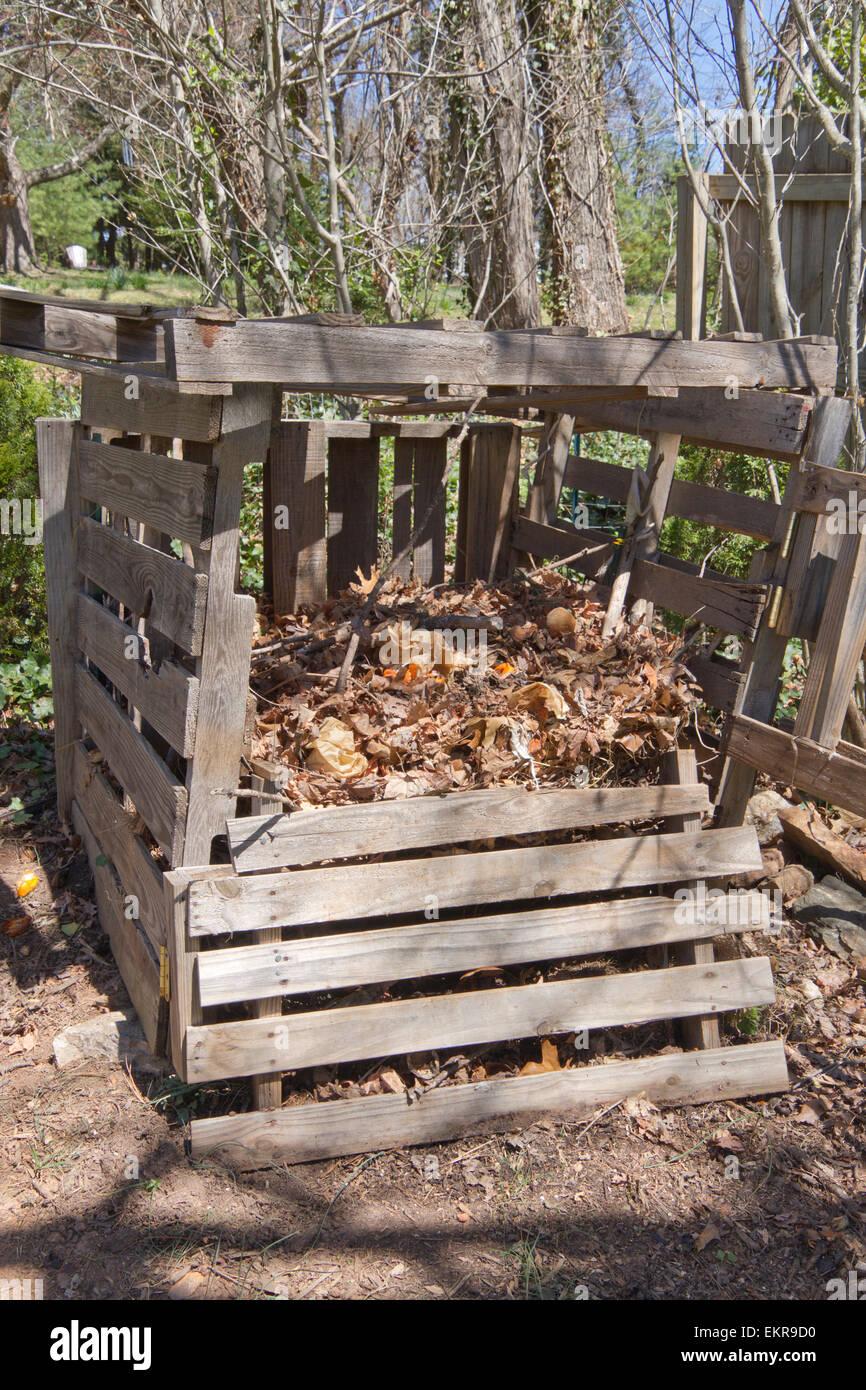 Un Bac à Compost Fait Maison à Lu0027extérieur Fait De Bois Recyclé Et Plein