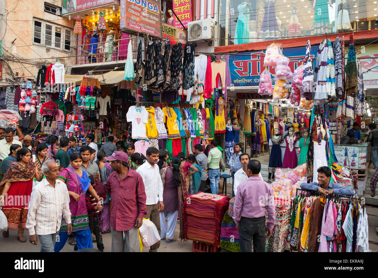 Vêtements et magasins sur Dashaswmedh Ghat Road à Varanasi Photo Stock