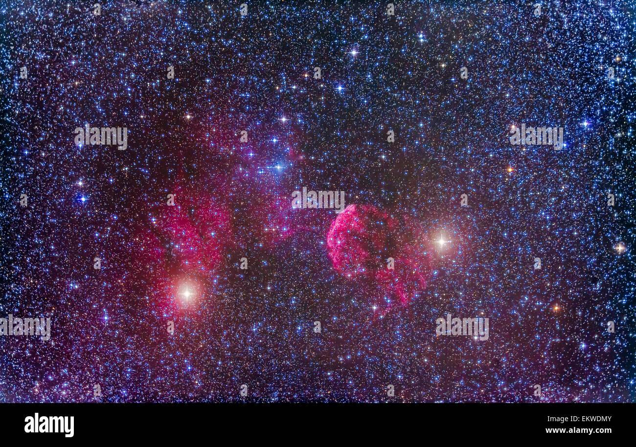 L'IC 443 supernova en Gémeaux près de l'étoile Mu Geminorum (à gauche) et l'Eta Photo Stock