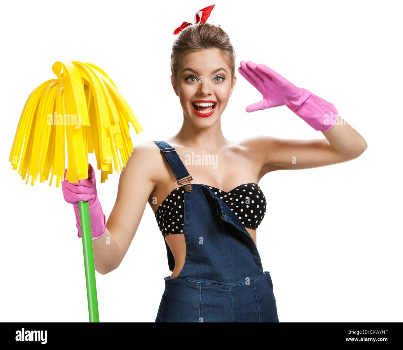 Belle pin-up portant des gants de protection en caoutchouc rose holding mop  nettoyage 7cc63fd99698