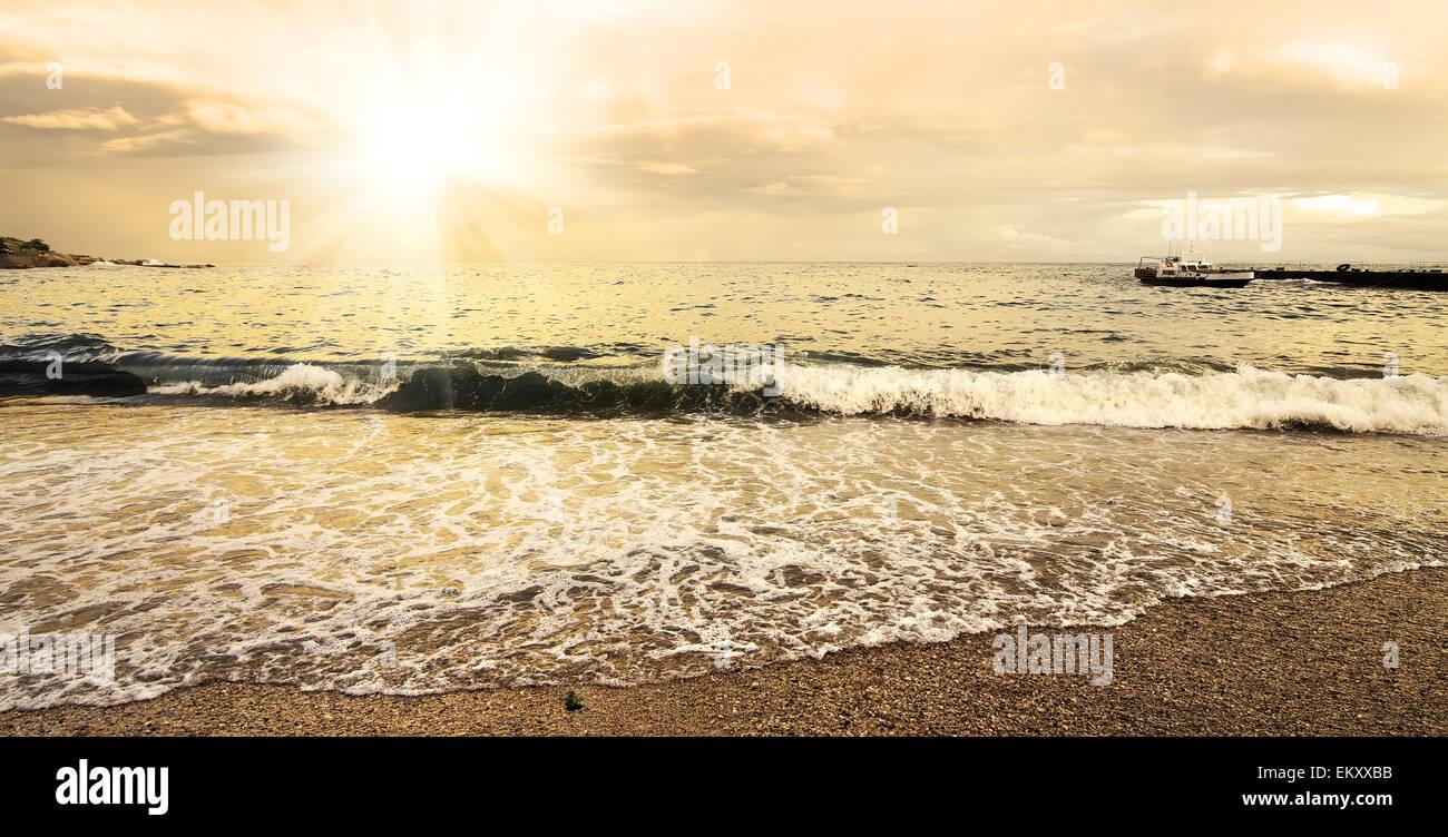 Beau soleil du soir et les nuages sur la mer Photo Stock