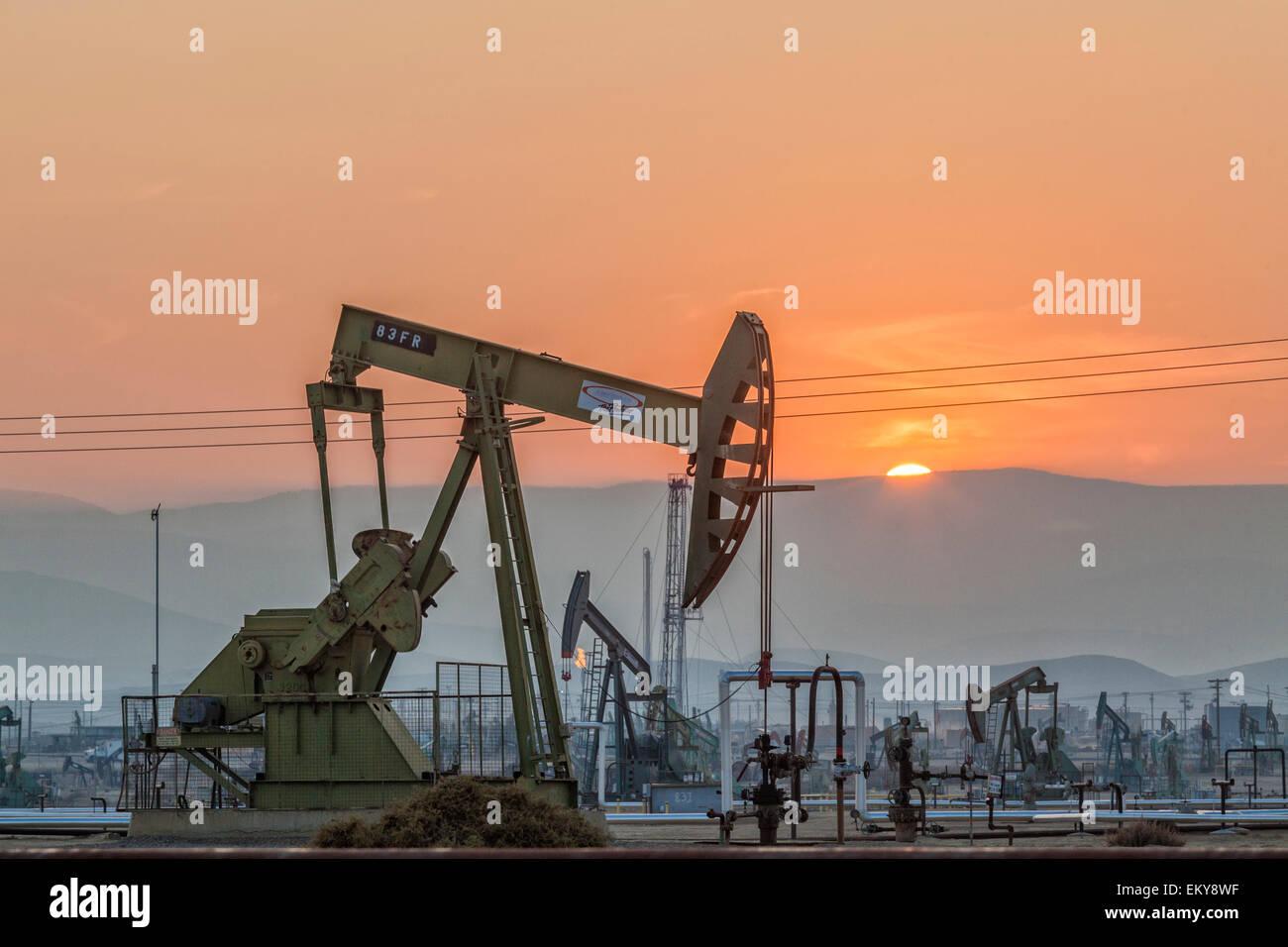 Chevalets à l'Belridge champ pétrolier et la fracturation hydraulique qui est le quatrième plus Photo Stock