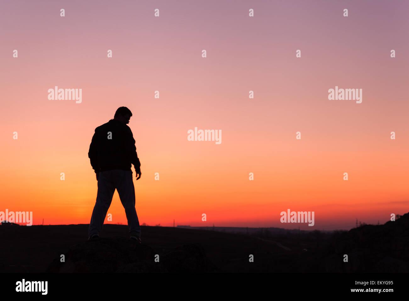 Silhouette of man et ciel magnifique. Élément de design. Coucher du soleil d'été. Contexte Photo Stock