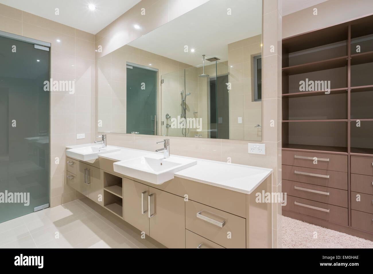 Salle de bains contemporaine spacieuse avec dressing Banque ...