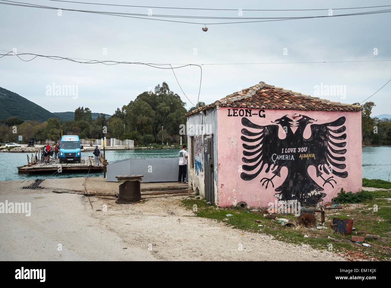Le bac à câble à travers le canal de Vivari au Parc National de Butrint, avec Graffiti nationaliste Photo Stock