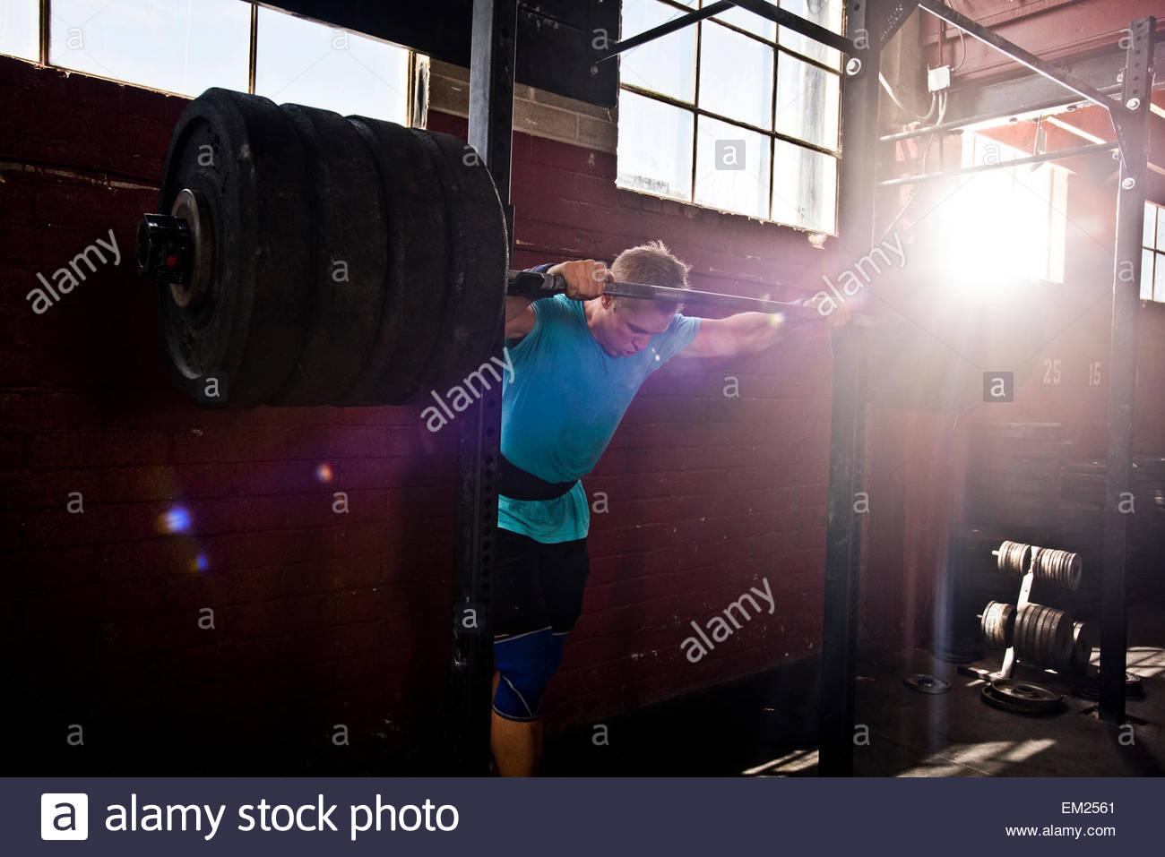 Un athlète crossfit se prépare à l'accroupissement. Photo Stock