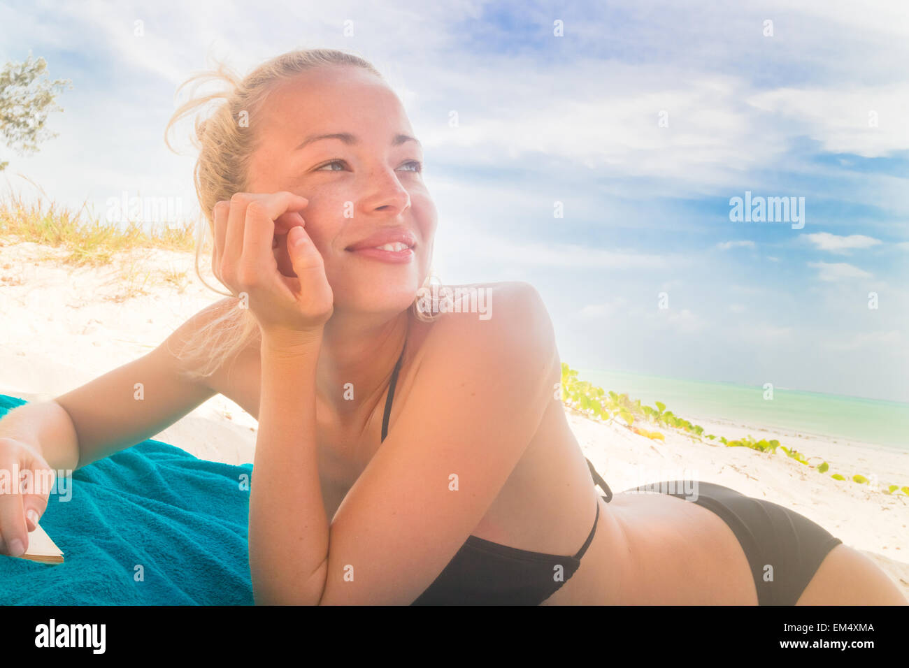 Happy woman in bikini sur la plage. Photo Stock