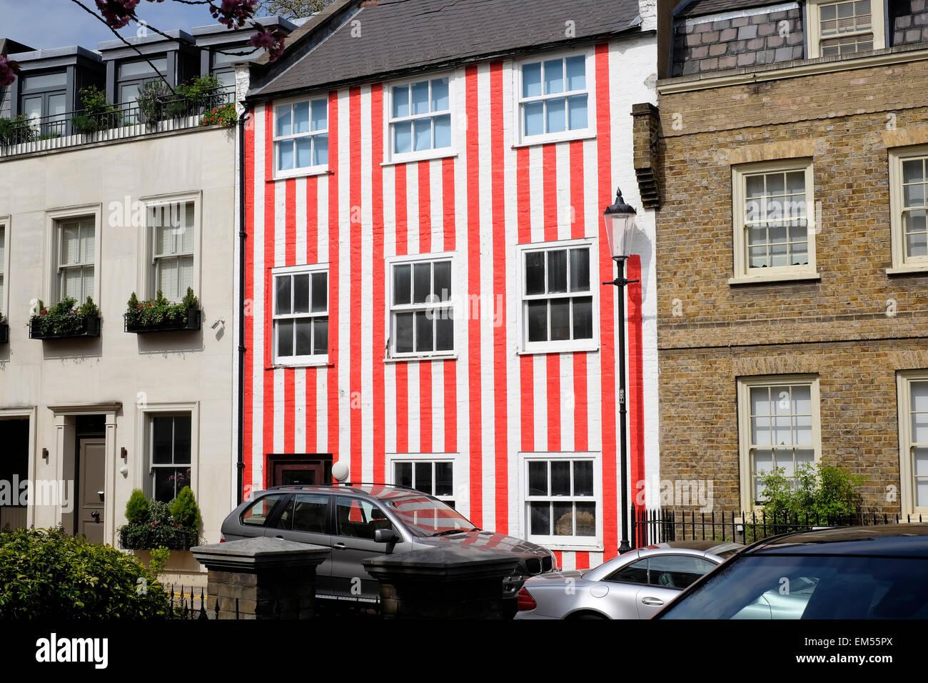 Une vue générale d'une maison peinte en rouge et blanc Photo Stock