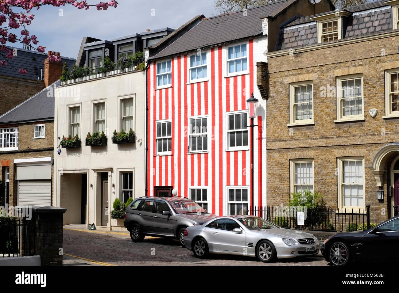 Une vue générale d'une maison peinte en rouge et blanc. Photo Stock