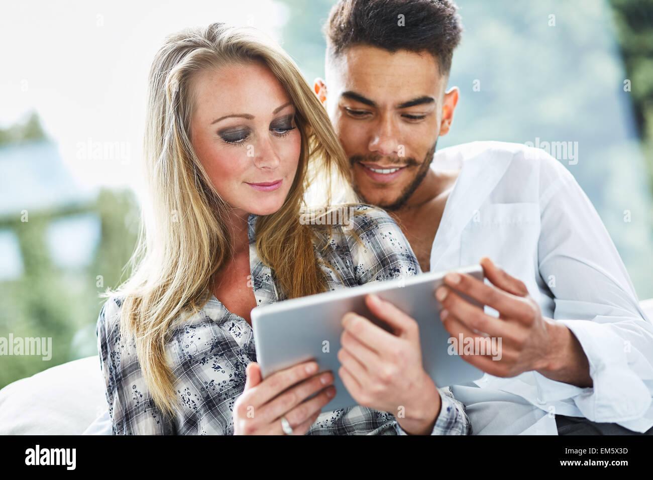 Couple à la recherche d'un iPad à l'ensemble Banque D'Images