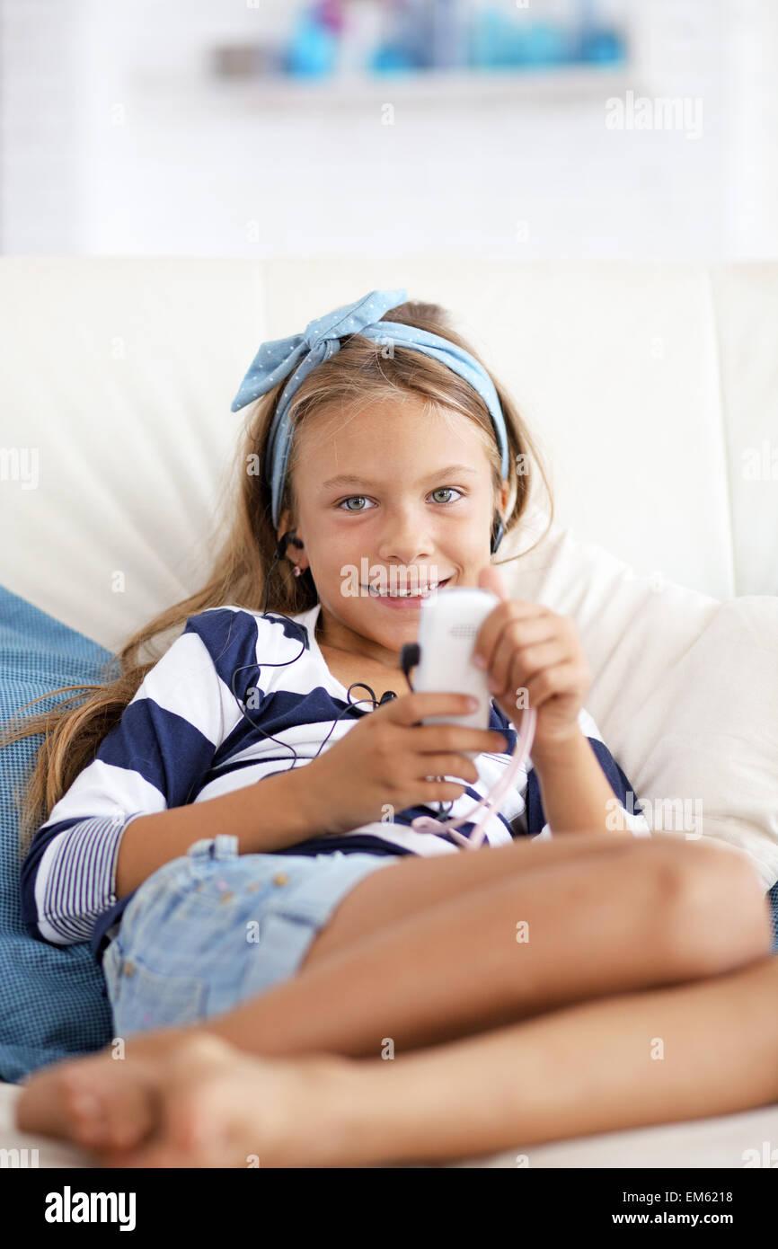 La musique d'écoute de l'enfant Photo Stock