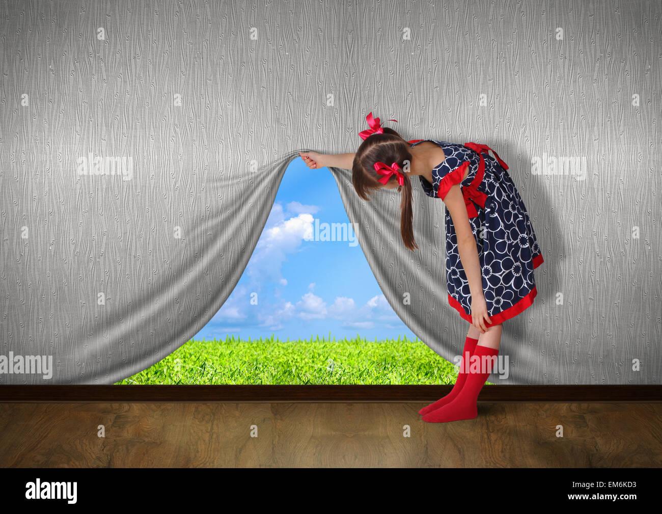 Enfant élever le mur et regardez sur la nature Photo Stock