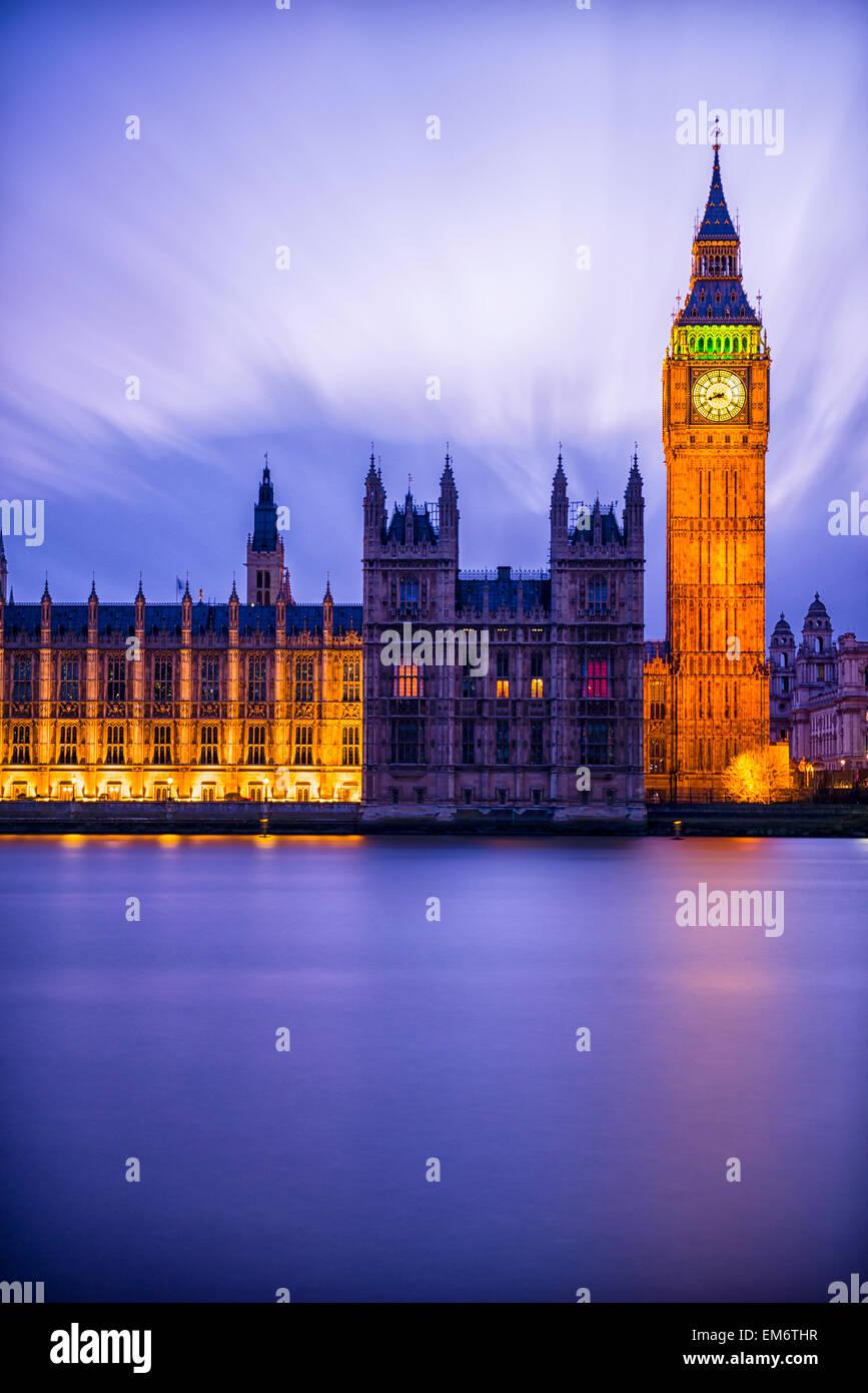 Londres est vraiment magique juste après le coucher du soleil à l'heure du crépuscule. Son architecture Photo Stock