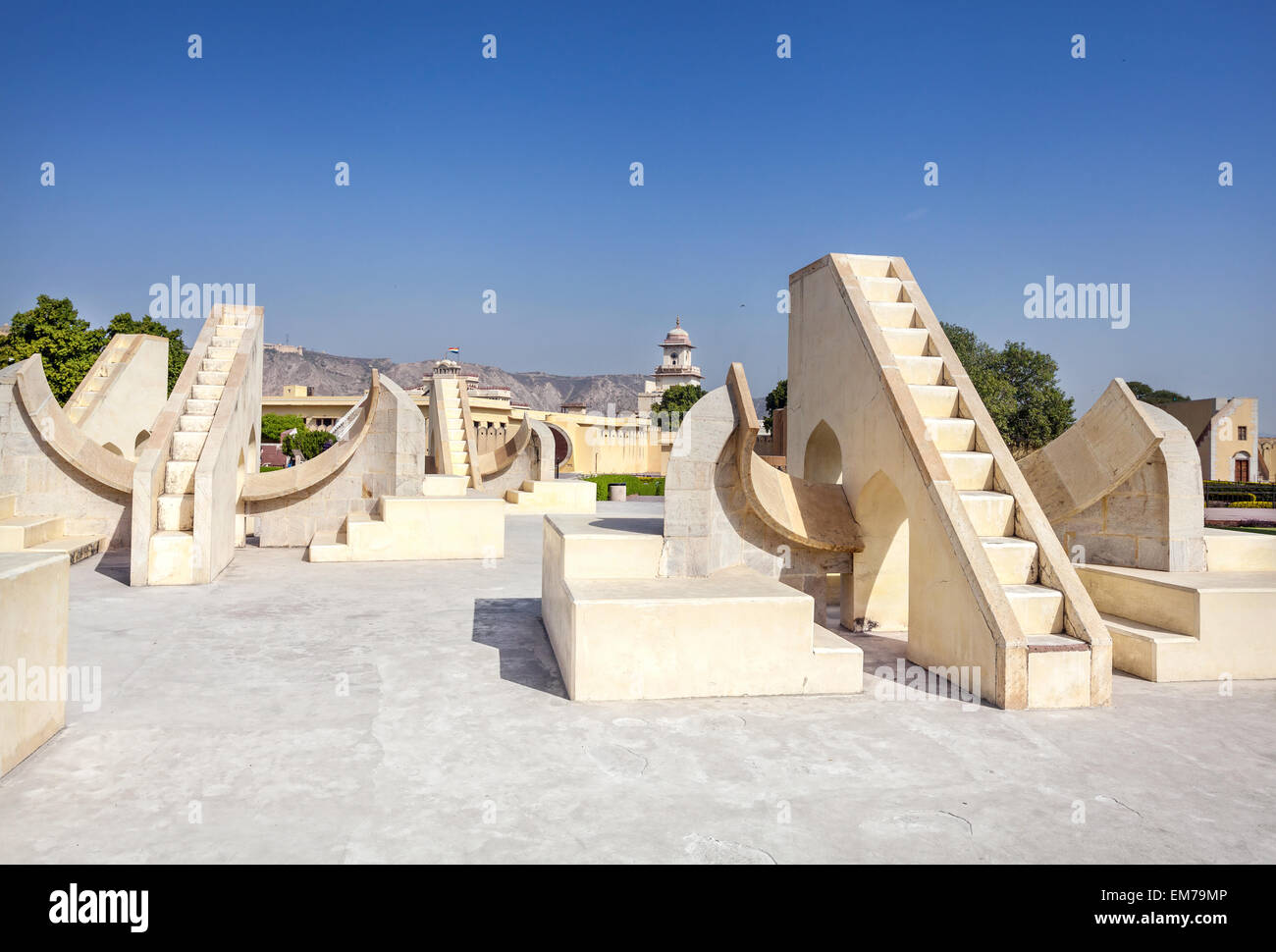 L'observatoire Jantar Mantar complexe au ciel bleu à Jaipur, Rajasthan, Inde Photo Stock