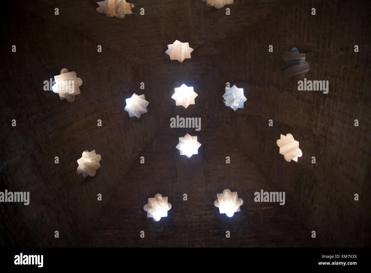 Toit en forme d'étoile mauresque des trous dans la mosquée des bains de l'Alhambra, Grenade, Espagne Photo Stock