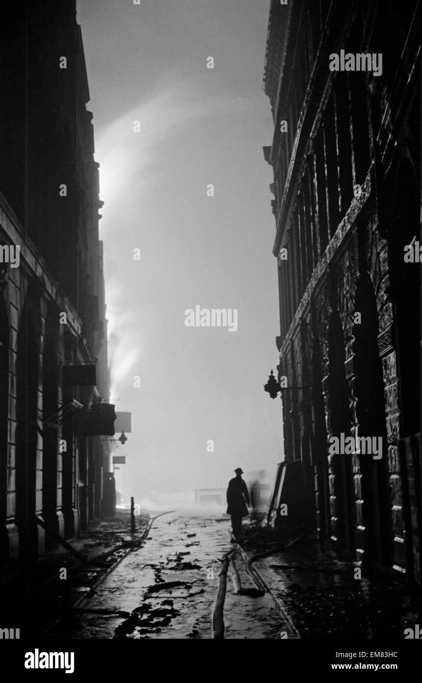 Feu de S.E. Blitz sur la ville de Londres dans la nuit du 29 décembre 1940. L'eau de 1 400 incendies relayé Photo Stock