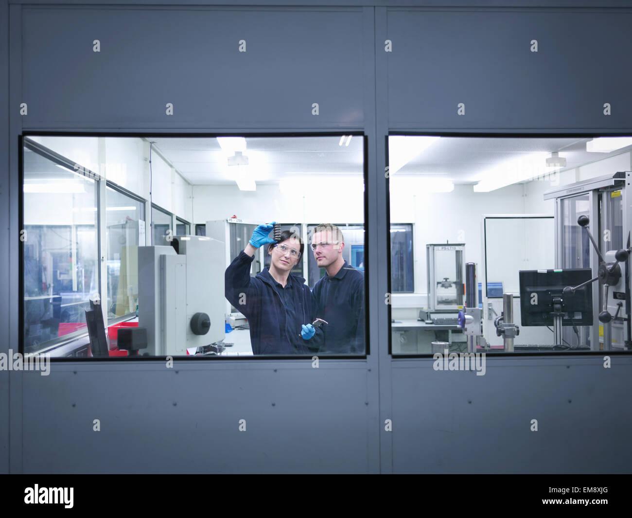 L'inspection des ingénieurs en salle blanche de pièces d'automobile de l'usine Photo Stock