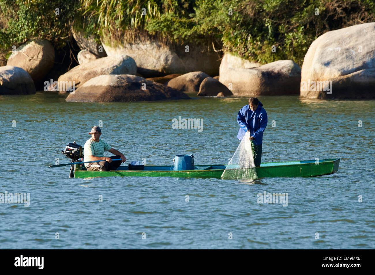 Pêche à la ligne avec un jet net Banque D'Images