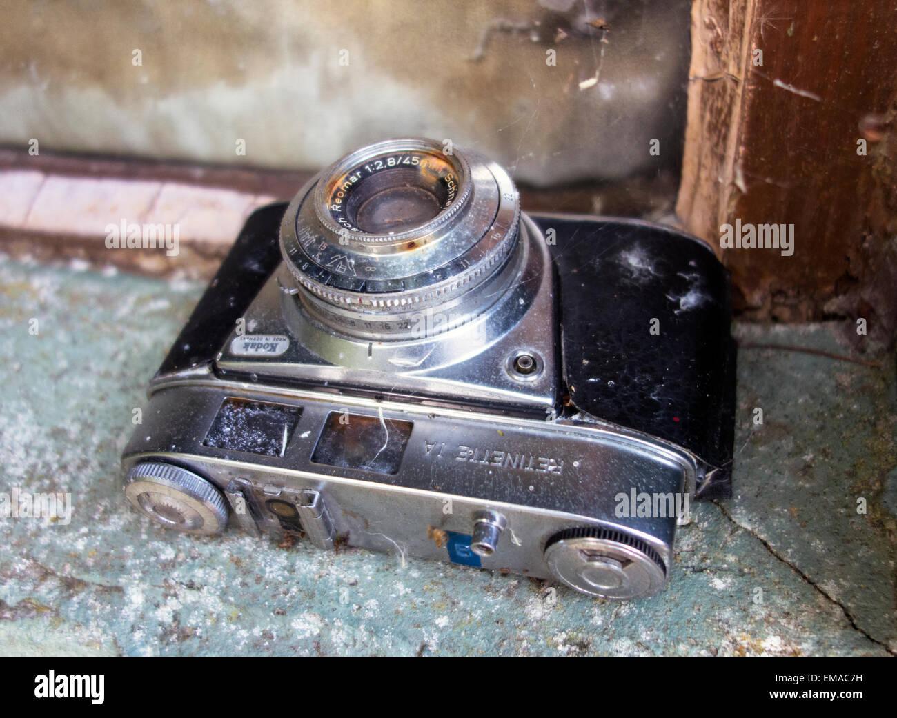 A neglected vieilles et rouillées Kodak Retinette caméra 35mm Photo Stock