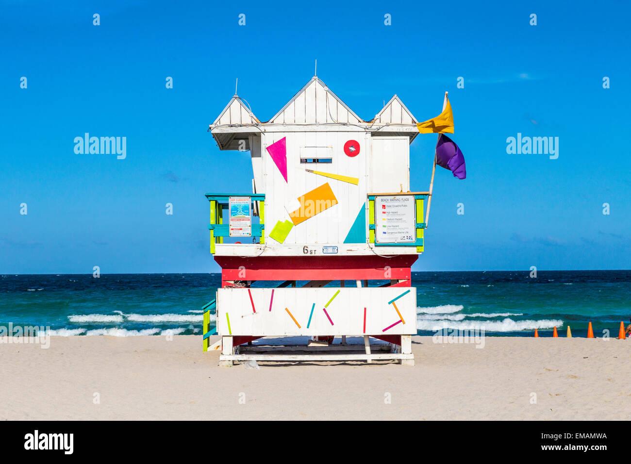 Garde la vie en bois abris en style art déco à South Beach Banque D'Images