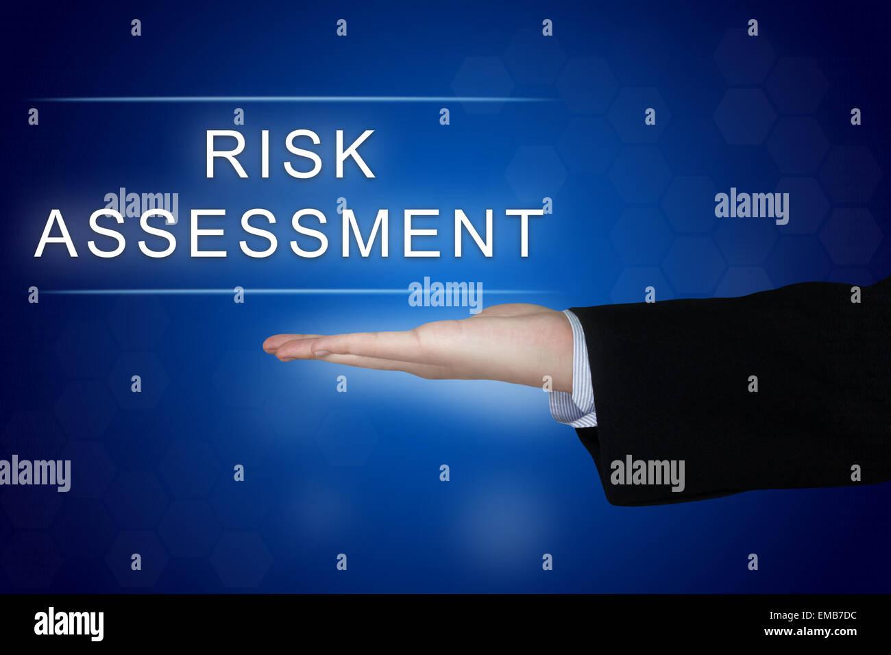 Bouton d'évaluation des risques avec les entreprises Main sur fond bleu Photo Stock