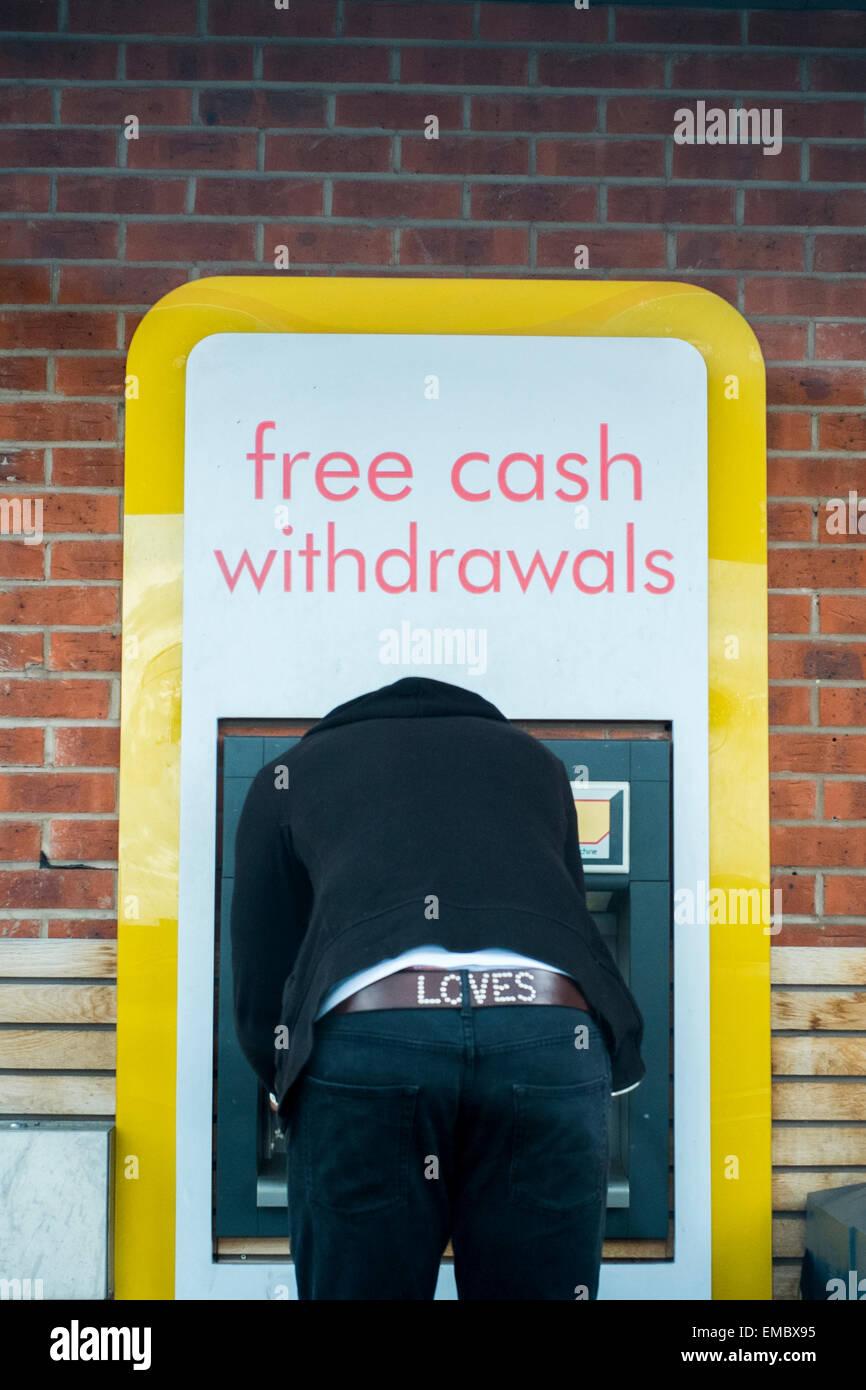 Dessin de trésorerie mâle avec ATM avec amour sur la courroie Banque D'Images