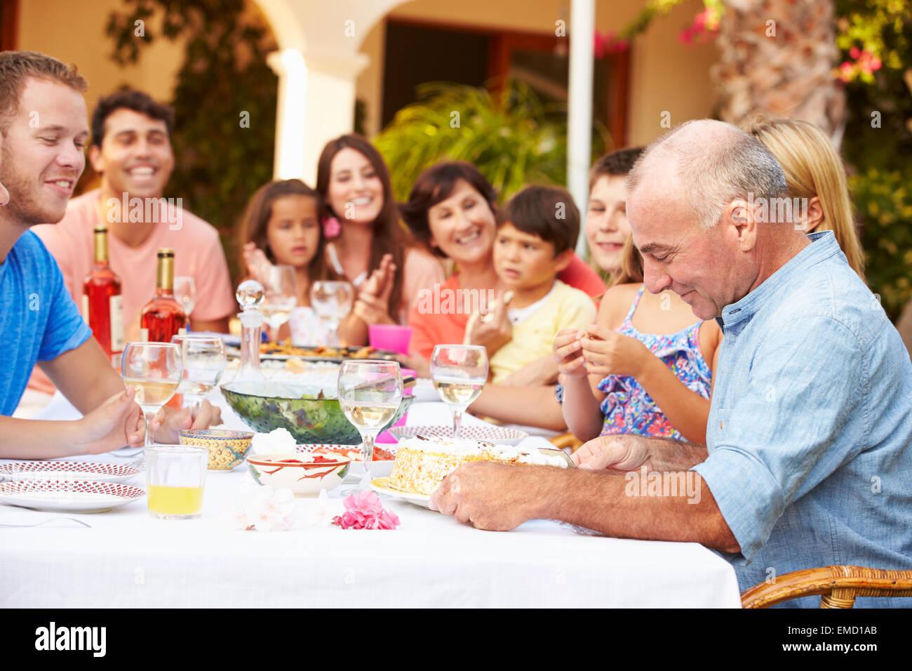 Groupe de grande famille célébration anniversaire sur terrasse ensemble Banque D'Images