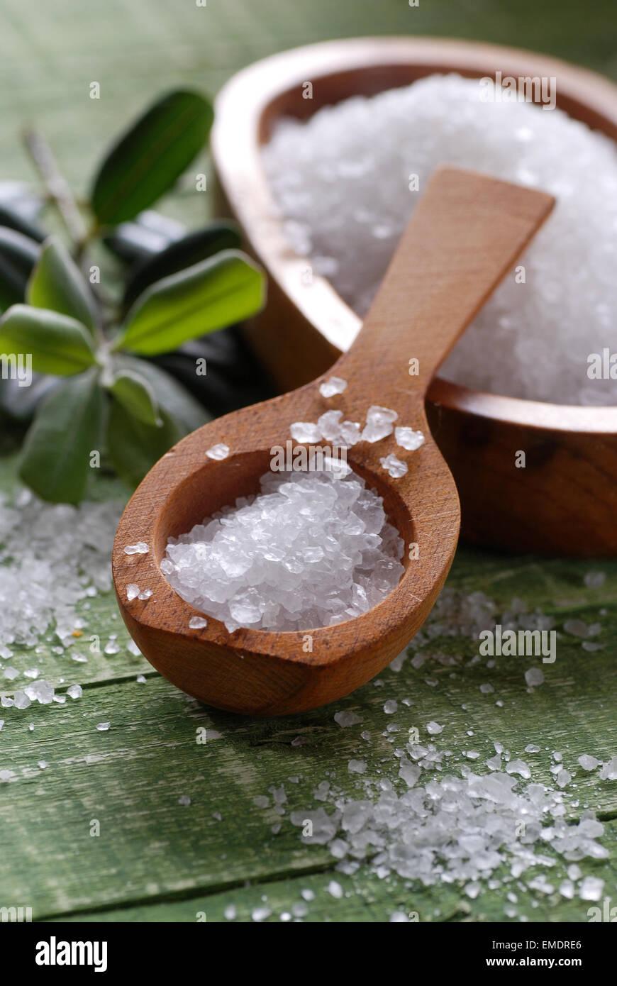 Le sel de mer en cuillère en bois Photo Stock