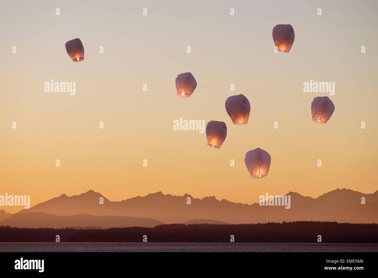 Un groupe de lanternes de vol dans l'nightsky Photo Stock