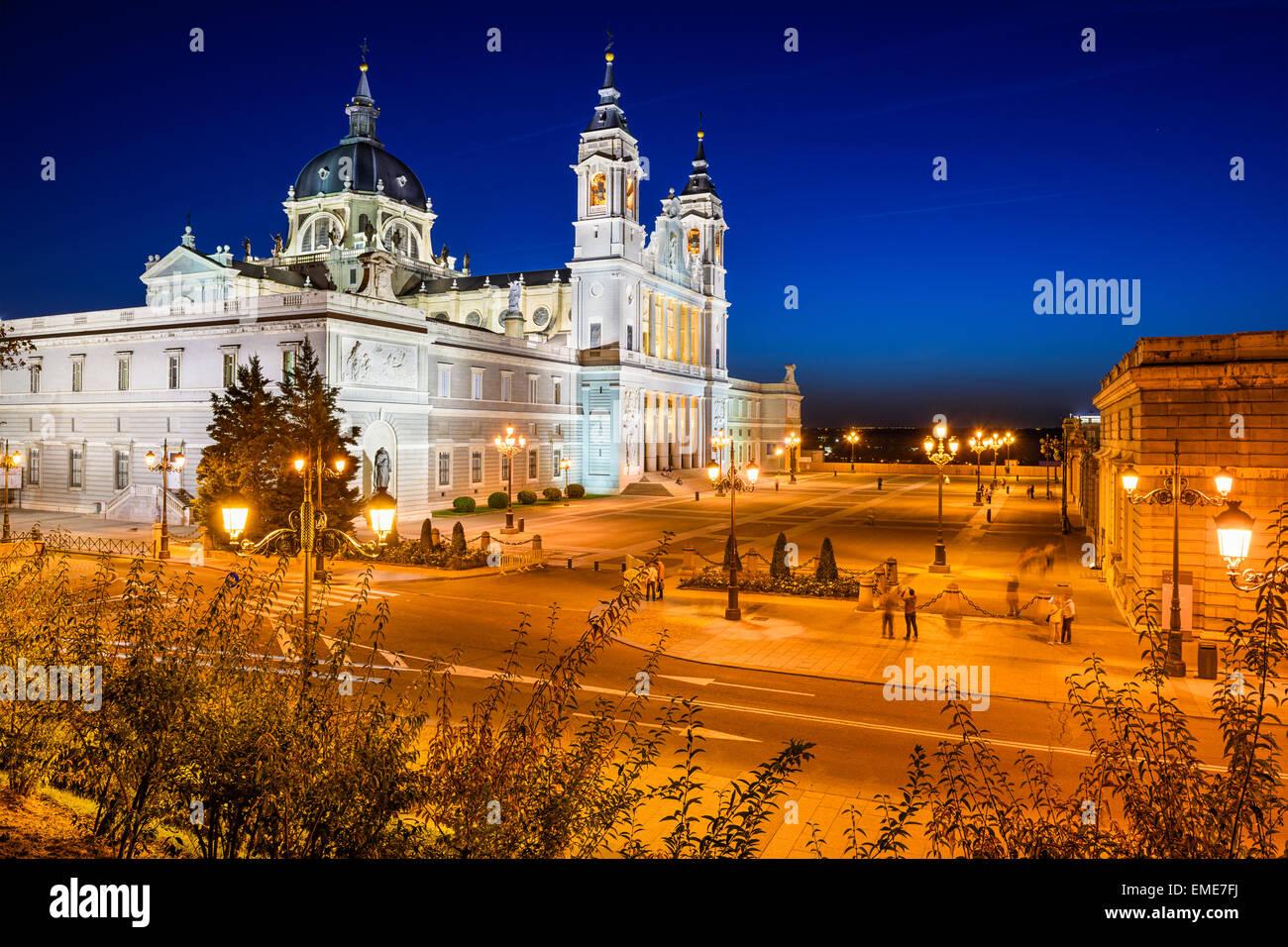 Madrid, Espagne à la cathédrale de la Almudena et le Palais Royal. Photo Stock