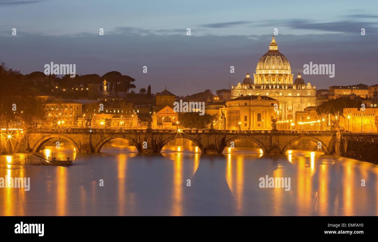 Rome - Anges et pont St Pierre basilique dans le crépuscule du soir Photo Stock