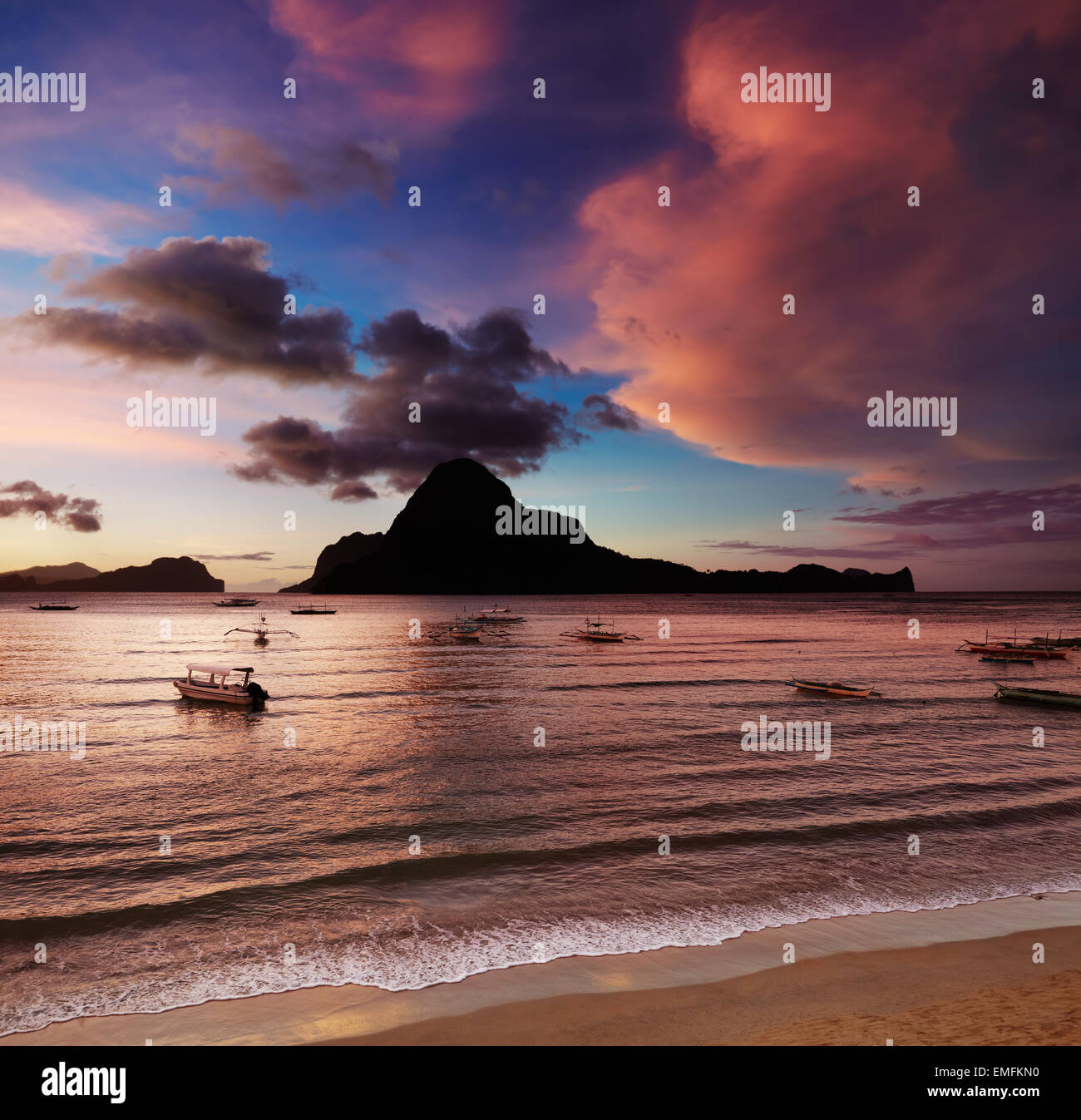 El Nido bay et l'île Cadlao au coucher du soleil, Palawan, Philippines Photo Stock