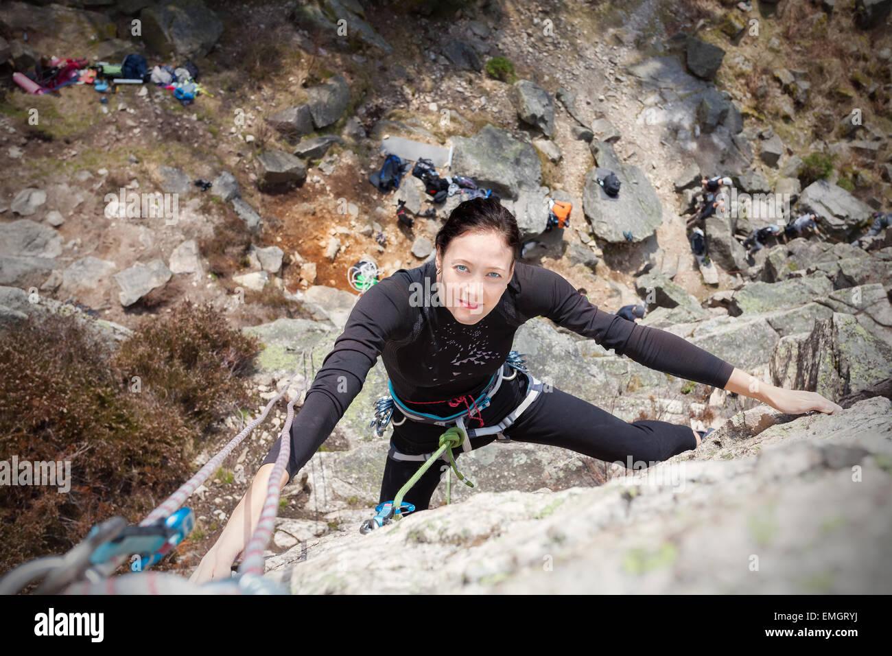 Jeune femme mur d'escalade, femme active concept photo. Photo Stock